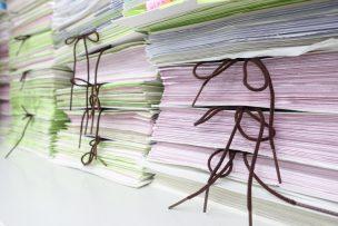 一度溜めてしまうと、着手することが億劫になりがちな書類の山