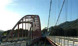 写真:津久井湖にかかる赤い橋(ドラマの撮影などもある場所です)